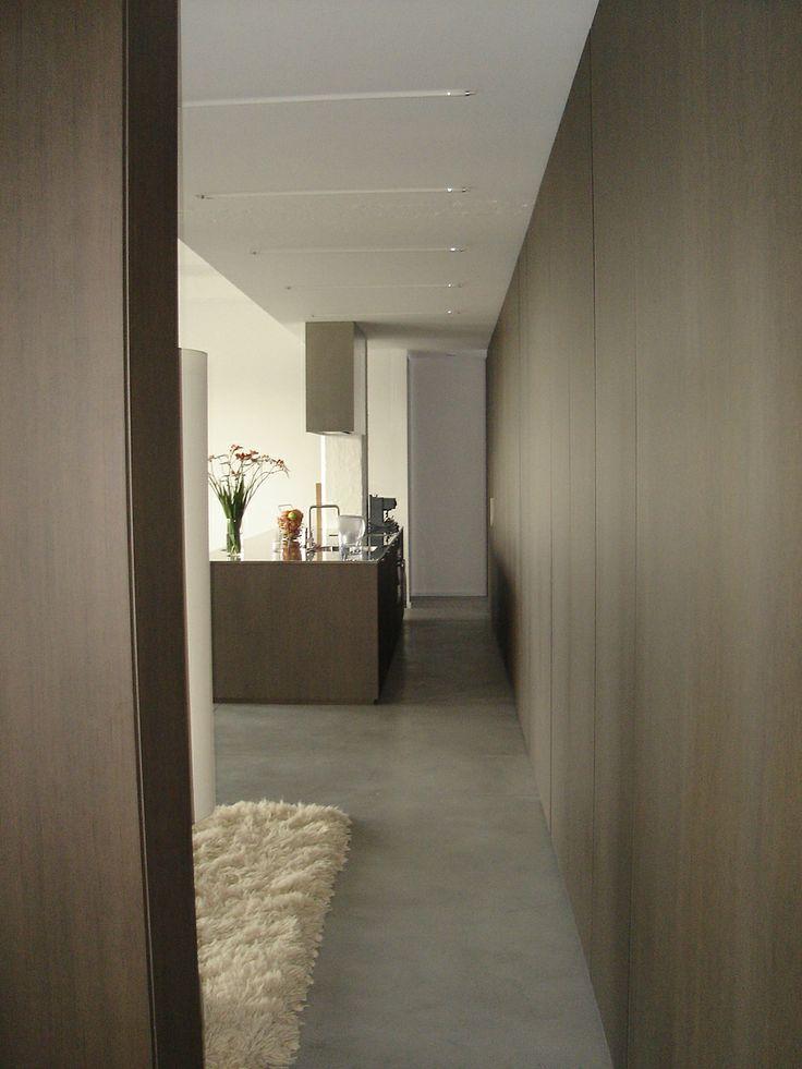 De loft wordt in de lengterichting verdeeld door middel van een kastenwand 0514BUBB stam.be