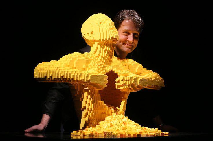 Der Lego-Künstler Nathan Sawaya fertigt aus Tausenden kleinen Bausteinen Nachbildungen menschlicher Körper und baut Werke der Kunstgeschichte nach.