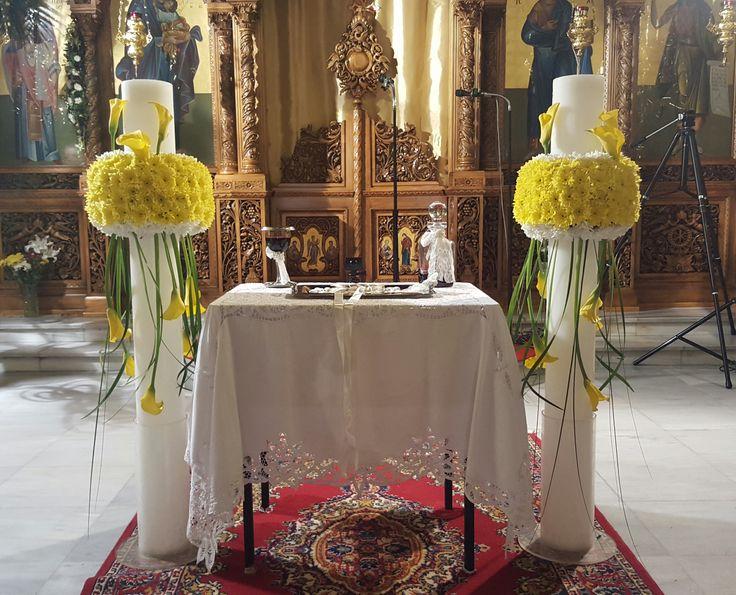 Στολισμός γάμου στο εσωτερικό της εκκλησίας με λαμπάδες και λουλούδια σε κίτρινο και λευκό χρώμα με κρίνους - κάλλες κίτρινες, χρυσάνθεμα και πρασινάδες.
