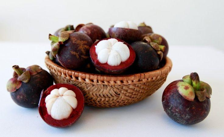 Что за фрукт такой - мангостин?   Многие путают его с манго, хотя на самом деле мангостин не имеет с ним ничего общего.  Те люди, которые пробовали его, утверждают, что у него нет четко определенного вкуса и аромата. Его вкус похож на нечто среднее между персиком, клубникой и ванильным мороженым. Где сегодня произрастает мангостин? Деревья можно найти в Малайзии, Таиланде, Индонезии и на юге Индии. Говорят, что королева Виктория предложила денежную награду тем, кто смог бы выращивать…