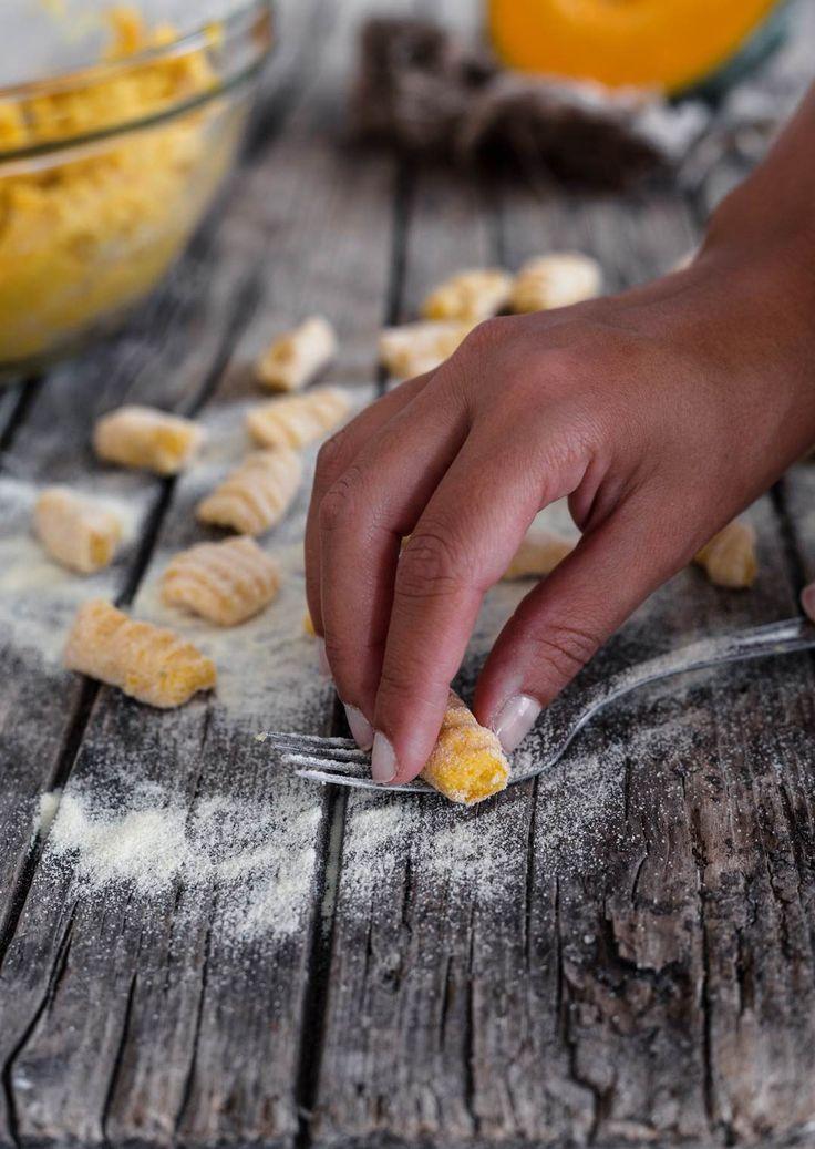 Gli gnocchi di zucca gialla e patate sono un primo piatto alternativo. Con l'arrivo dell'autunno, nella mia cucina ritorna a gran richiesta la zucca gialla.
