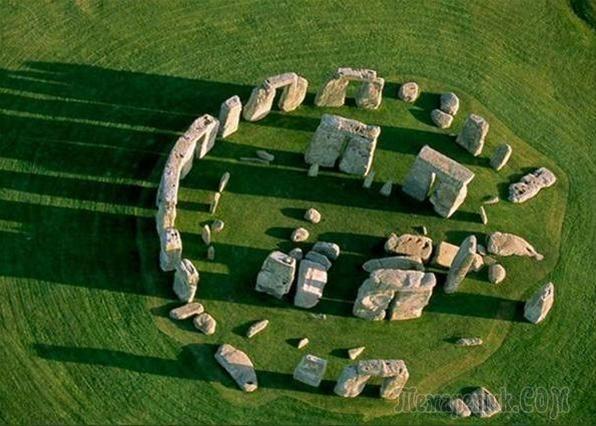 Стоунхендж.. Годы постройки 1100 до 3500 лет до н.э. 80 камней разных пород, весом до 50 тонн: долерит, вулканический туф.