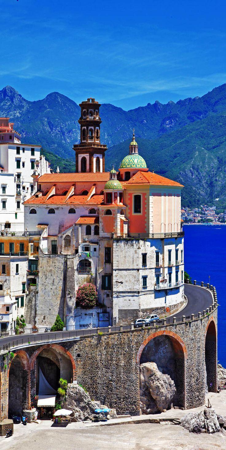 Pequeño escénico pueblo Atrani - Costa de Amalfi de Italia