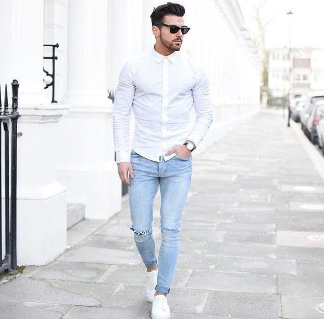 Camisa branca manga longa slim Fit com calça jeans com destroy no joelho e um sapatênis branco