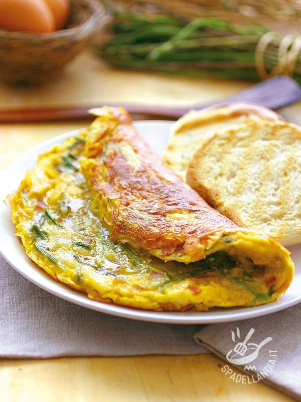 Omelette with asparagus and bacon - L'Omelette con asparagi e speck è buonissima e davvero facile e veloce. Ideale per portare una ventata di allegria e sapore a tavola! #omeletteasparagi