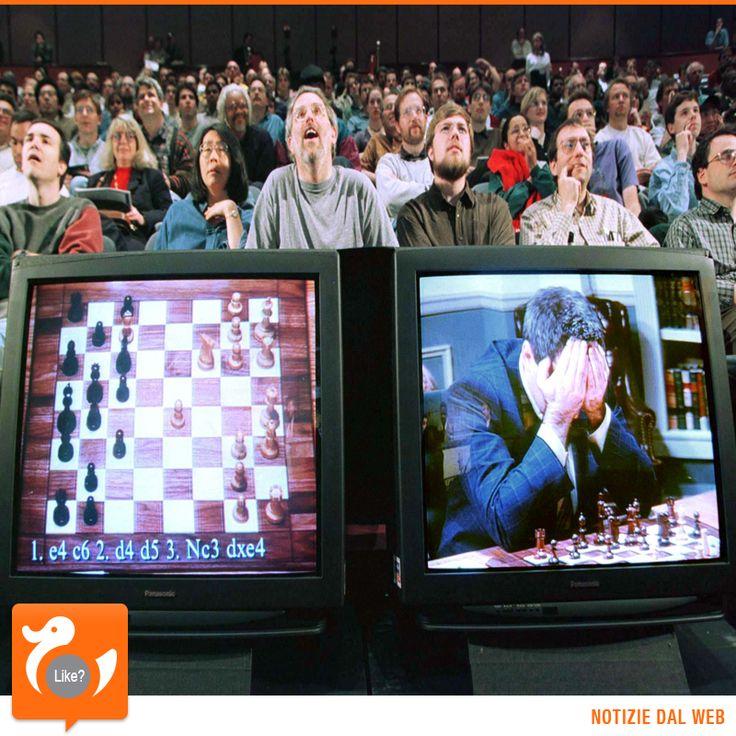 UOMO VS MACCHINA Deep Blue, un computer progettato da IBM, è celebre per aver battuto il campione mondiale di scacchi Garry Kasparov. La partita si è svolta in 2 match: a Philadelphia nel 1996 vince Kasparov ma l'anno successivo a New York, Deep Blue si prende la rivincita. E' l'11 maggio 1997. Dalla vicenda, viene tratto un film-documentario.