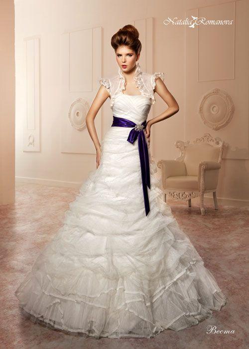 Свадебное платье «принцесса» с поясом из синего атласа и полупрозрачным болеро с рукавами-фонариками.