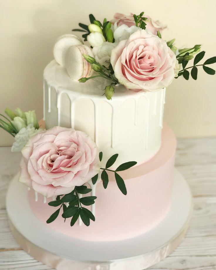 Kuchen mit frischen Blumen, in rosa Tönen   – Essen und Trinken