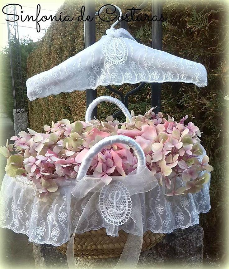 Percha y cesta vestidas a juego con raso, encaje, lazo de organza y letras en guipur, para una simpática damita de honor.