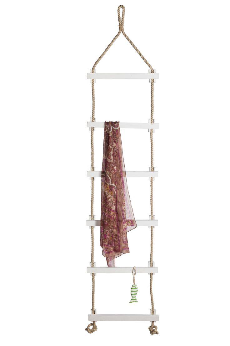 Schöne Deko Strickleiter zum Hängen mit weißen Holzstufen. Man kann diese auch als Handtuchhalter für die Ferienwohnung benutzen. Eine maritime Zierde für jede Wand.