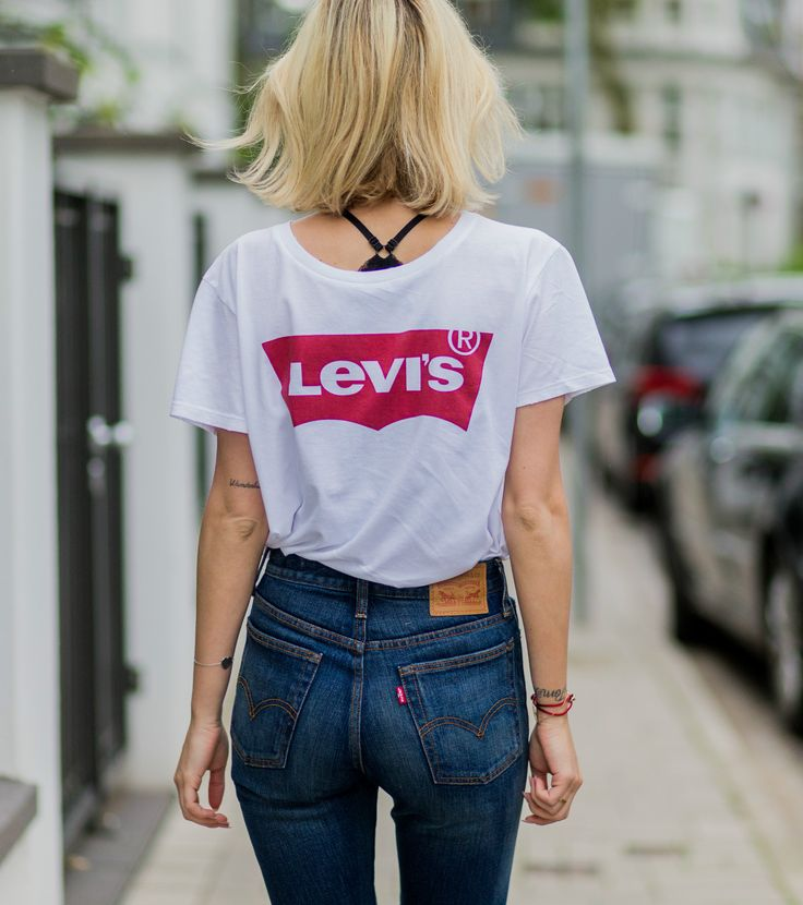 Street Style Inspiration for Wearing a Slogan Tee | classic @levisbrand look with t-shirt and high waist jeans