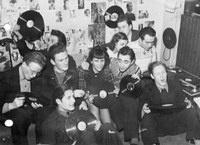. Die Radiostationen brachten die heißen Rhythmen nun unter dem Pseudonym 'neue Tanzmusik'. In den Kaffeehäusern der Großstädte, teilweise in deren Hinterzimmern, trafen sich Jugendliche, um die Musik von der Platte oder auch live zu hören.