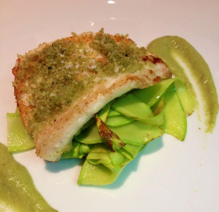 Oggi vi presento un piatto di pesce facile e veloce da realizzare, ma allo stesso tempo leggero e gustoso.  Il mio blog si chiama cucino veloce chic non a caso! Ecco per voi il filetto di rombo gratinato su letto di zucchine al profumo di timo.