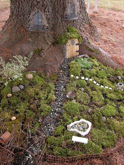faerie garden: Gardens Ideas, Trees Trunks, Fairies Doors, Minis Gardens, Fairies Gardens, Front Yard, Fairies House, Gardens Design, Miniatures Gardens