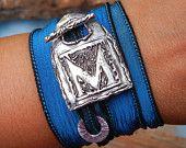 Fidanzamento regalo, regalo fidanzamento, fidanzamento unico regalo, braccialetto involucro di seta, fidanzamento gioielli, monogramma iniziale del nuovo cognome nome