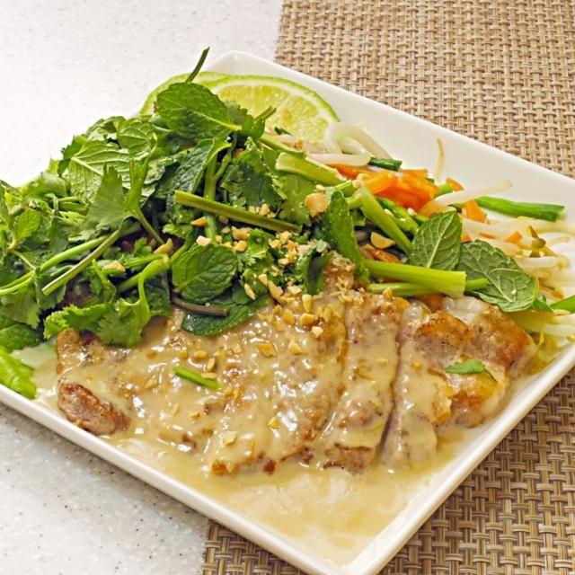 タイ風お好み焼きと言われるバインセオの味をポークジンジャーチックにアレンジしてみたくなって、作った一品。 ご飯もいけますが、好みとしては、長粒米かな。 - 106件のもぐもぐ - バインセオ的なポークソテー by naoperron