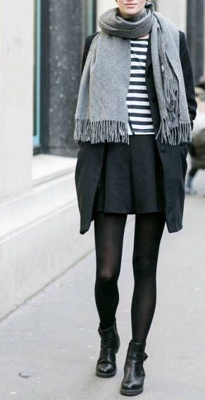 Grauer Schal zum Streifenshirt in Schwarz-Weiß.