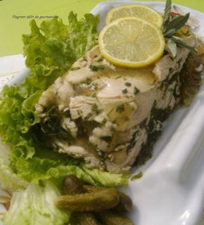 A déguster avec des frites croustillantes et une belle salade ! Ingrédients pour 4 à 6 personnes 4 gros filets de poulet, 1 citron jaune, 20 cl de porto blanc, 2 cubes de bouillon de poule, 1 sachet de gelée, un bouquet d'herbes fraîches au choix ou en...