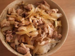 「お昼ごはんに♪簡単ぶた丼」味付けはめんつゆにおまかせ!なので失敗知らず♪お買い得な豚こま肉でボリュームのあるお昼ごはんができます。【楽天レシピ】