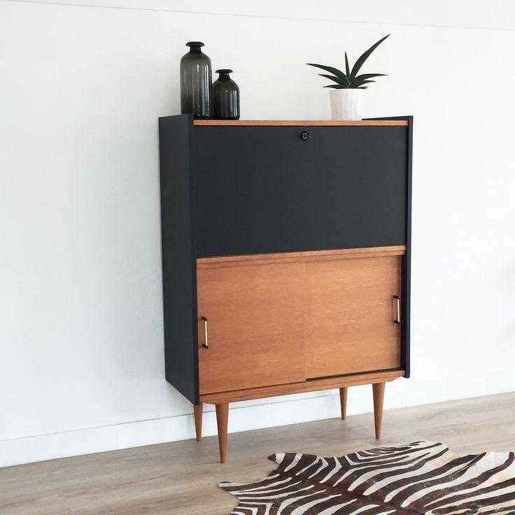 Ce ravissant secrétaire vintage des 60s affiche un design rétro & scandinave. Sa ligne fonctionnelle et compacte offre une belle capacité de rangement.