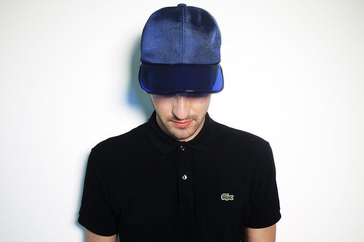 Polo Lacoste coupe slim fit + casquette visière transparente Zara (en boutique).