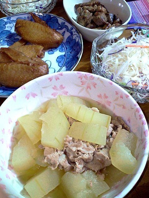 土産物を大量に使いました。皆さん美味しかったです!ありがとうございました\(^o^)/ - 12件のもぐもぐ - 岐阜の冬瓜と豚肉、宮崎の手羽と鹿児島の鶏もも、サラダ by sukarain