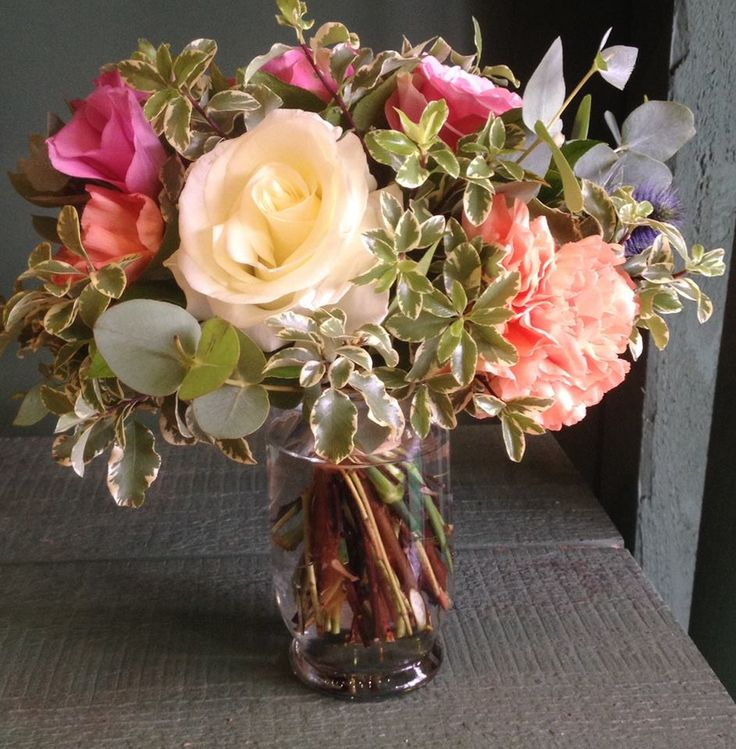 """Petit bouquet """"La Belle Rose"""" . J'aime cette rose, car lorsqu'elle s'ouvre, elle ressemble à un nénuphar ! Elle est cultivée à Antibes"""