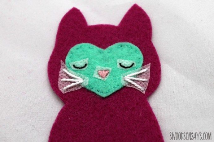 Free cat sewing pattern to make a sweet little felt kitty that fits in your child's pocket. Easily sewn by hand, this is an adorable kitty softie!