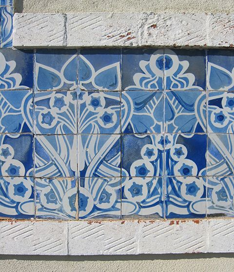 """Estoril, patterned motif in east facade between the door and window   António Cota Fevereiro. """"The Art Nouveau tiles as frames to architecture in Lisbon,"""" in AzLab#14 Azulejos and Frames. Proceedings. 2 (2016), p. 62-74. URL: http://artison.letras.ulisboa.pt/index.php/ao/article/view/44"""