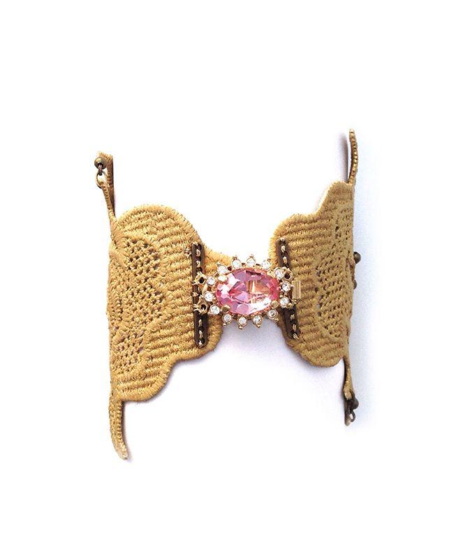 Brazalete Solitaire.                                                   Precio: 75€                                                              Brazalete de encaje teñido en oro con broche chapado en oro de 24k y cristal checo rosa.