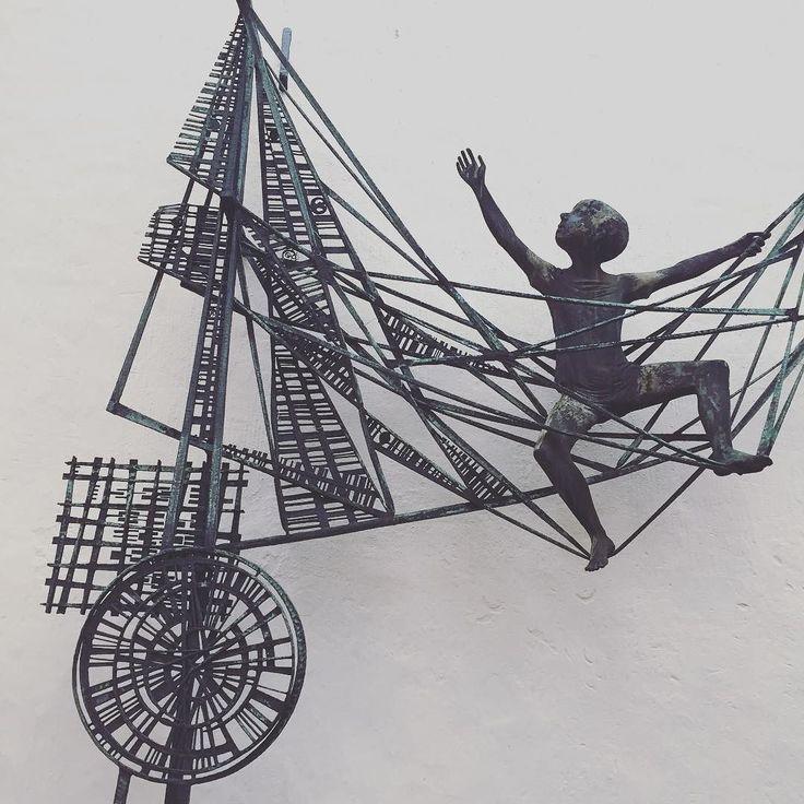 """""""Von't ole Bremen / un wot leevt un lacht / sung uns de Dichtersmann /ut all sien Nacht. Ottjen-Alldag-Brunnen. Bildhauer: Klaus Homfeld. Zu Erinnerung an den Bremer Schriftsteller Georg Droste. #bremen #bremencity #bremenistschön #georgdroste #schnoorviertel #schnoor #brunnen #well #schriftsteller #plastik #schicksal #fate #web #netz"""