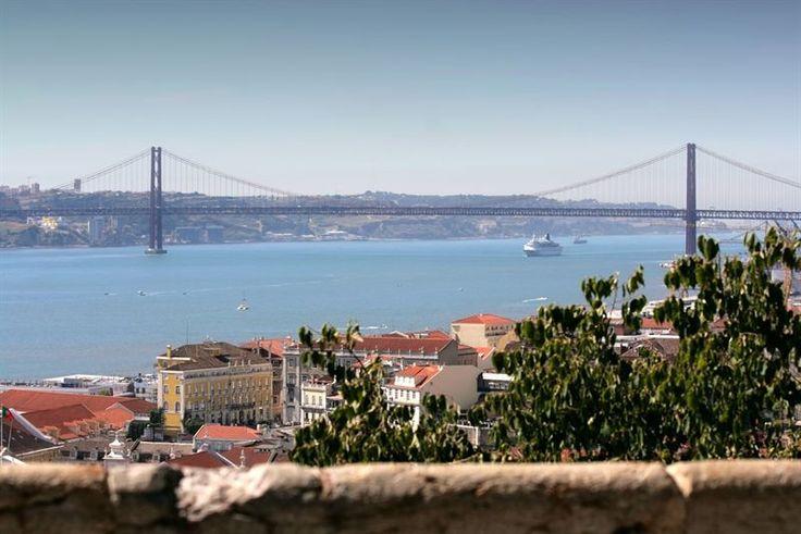 El Puente 25 de abril en Lisboa elegido como el más bello del mundo | Via Europa Press | 25.09.2014 - El Puente 25 de abril en Lisboa ha sido elegido por la European Best Destination, organización de viajes creada para promover y desarrollar la cultura y el turismo en Europa, como el puente más bello de Europa en una clasificación que también incluye el Tower Bridge de Londres y el Puente Viejo de Florencia. #Portugal