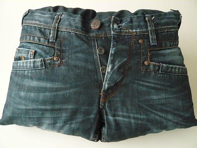Een Jeans-kussen gemaakt van een vintage spijkerbroek, kijk op www.rits-rats.nl