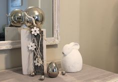 KL58 – Kleine Säule weiß gebeizt, dekoriert mit natürlichen Materialien, Filzband, einer großen Edelstahlkugel und Holzblumen! Preis 44,90€ Höhe ca 35cm
