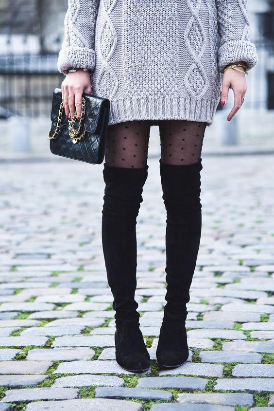 C'est désormais une question récurrente: comment porter les cuissardes cet hiver ? Toute la difficulté consiste à rester sexy sans mourir de froid. Focus : Cuissardes en daim noires avec une robe pull grise et des bas en plumetis