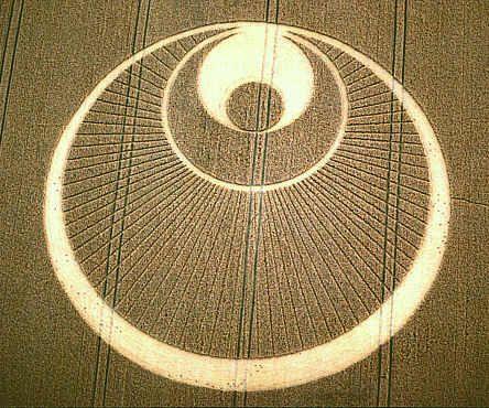 El misterioso astrolabio que apareció en los círculos de las cosechas y su relación con la gran pirámide de Keops
