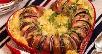 Bästa gratängen med falukorv och potatismos får du här! Korven är fylld med äpple och rödlök och toppad med riven ost.