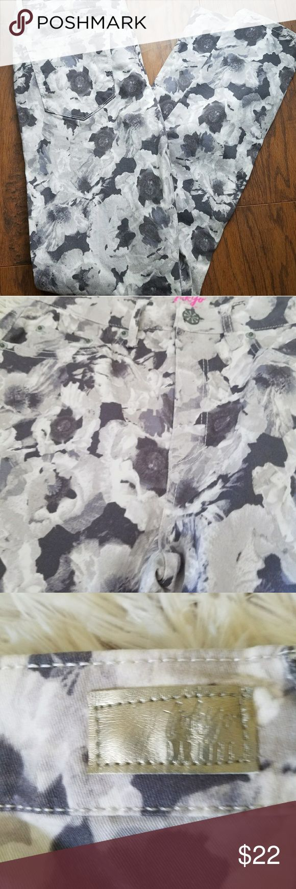 Aeropostale High Waisted Jeggings NWT Floral print in grey and white. 4R High Waisted NEW WITH TAGS AEROPOSTAL Tokyo Darling. Jeans Skinny