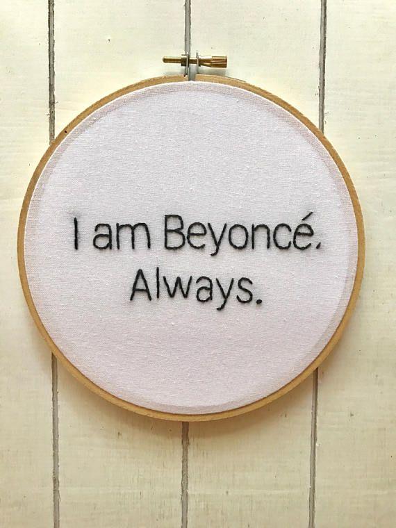 Deze aanbieding is voor 1 6 borduurwerk hoepel met hand beletteringIk ben Beyonce, altijd. De referentie voor office!  Borduren is op wit linnen.  Kan worden opgehangen aan de muur in een huis of kantoor!  Message me kleurvariatie als u zou willen hebben verschillende kleuren.  DETAILS: -Gemaakt om borduurwerk kunstwerk (ik maak de stukken zoals ze zijn besteld. De meeste werken zijn gereed voor verzending in 2 tot 3 weken) -Originele borduurwerk hand genaaid door mij -Katoen borduurwerk…