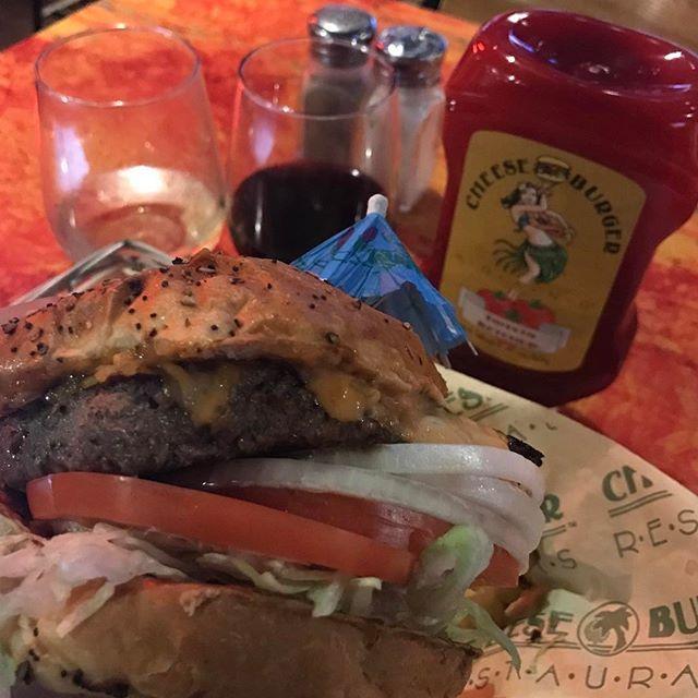 ホノルルのチーズバーガー・イン・パラダイスでチーズバーガー🍔とグラスワイン、シャルドネとカベルネ・ソーヴィニヨン🍷 Cheeseburger and glass of wine , Chardonnay and Cabernet Sauvignon at Cheeseburger in Paradise , Waikiki Honolulu. #ワイン #wine #vin #vino #wein #ハンバーガー #チーズバーガー #hamburger #cheeseburger #ホノルル #honolulu #ハワイ #hawaii #肉 #beef #肉食 #海外旅行 #travel #ジャンクフード
