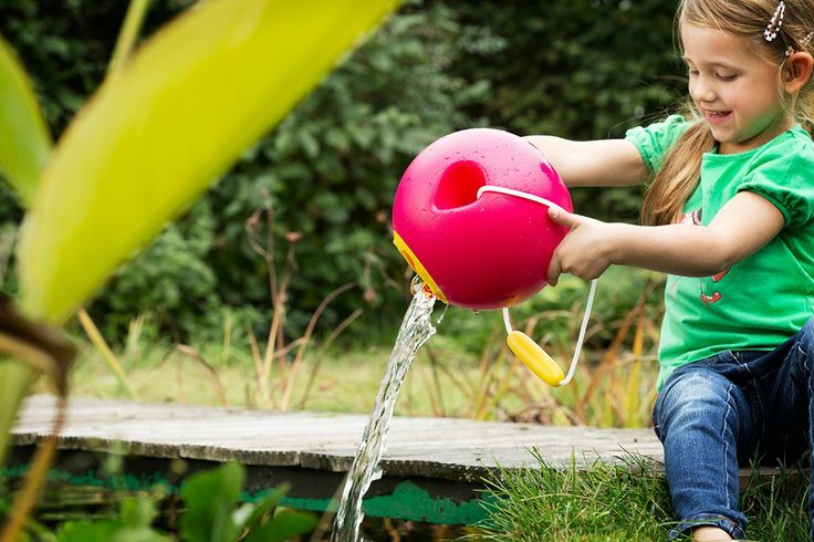 Quut Ballo: a beautiful and non-spill bucket. Also a perfect watering can for the garden. #jardinage #gardening #kids Fotografie Debbie De Brauwer > Fairplace > webshop