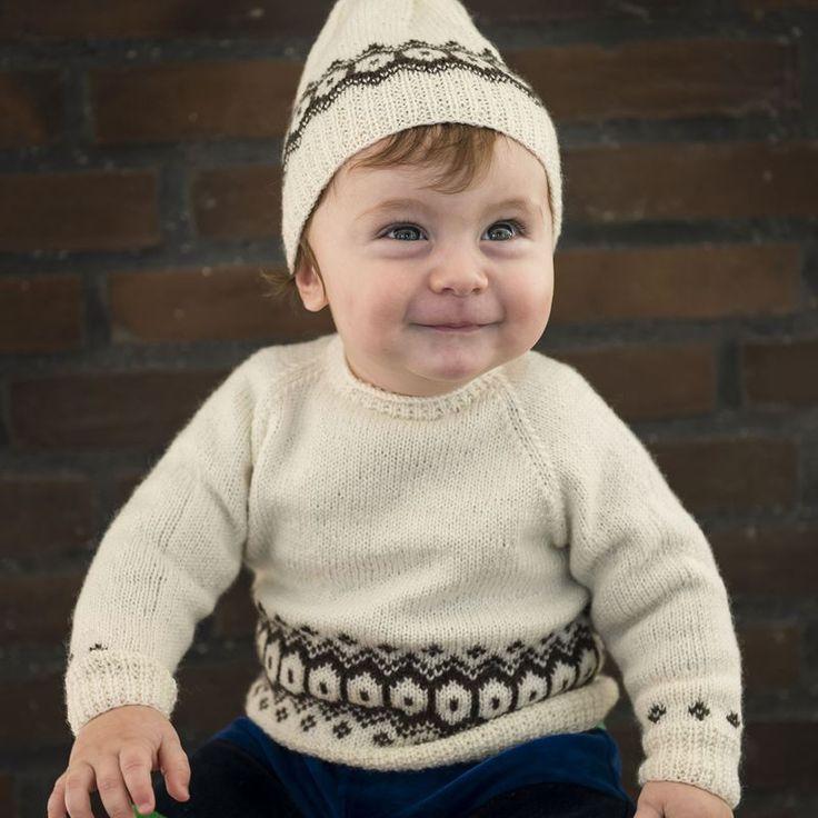 <p>Smuk sweater med mønsterstrik til de mindste. Hent den gratis strikkeopskrift her og strik dette flotte sæt med sweater og