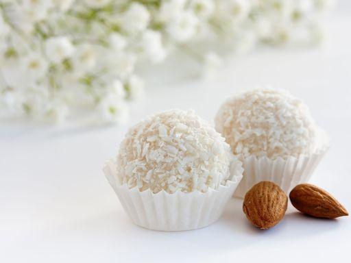 Truffes au chocolat blanc et noix de coco : Recette de Truffes au chocolat blanc et noix de coco - Marmiton