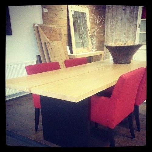 2-plank Table eiken met rode stoelen - verkrijgbaar bij Fairwood houten vloeren en meubelen Tiel