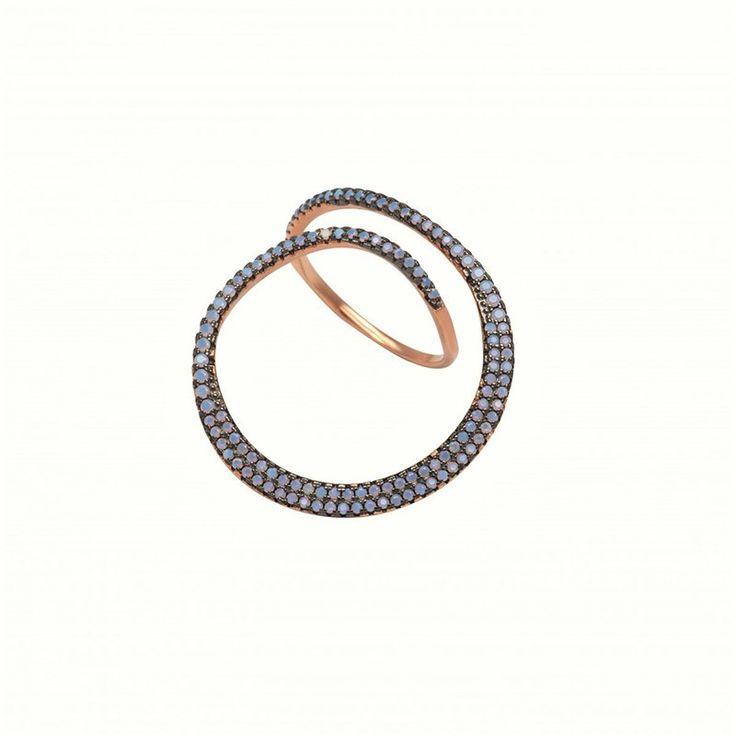 Αποκτήστε στη συλλογή σας αυτό το δαχτυλίδι από ασήμι 925 επιπλατινωμένο σε ροζ χρυσό με λίθους από οπάλιο στις αποχρώσεις του γαλάζιου.