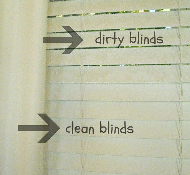 Use uma meia e vinagre para cortinas limpas.