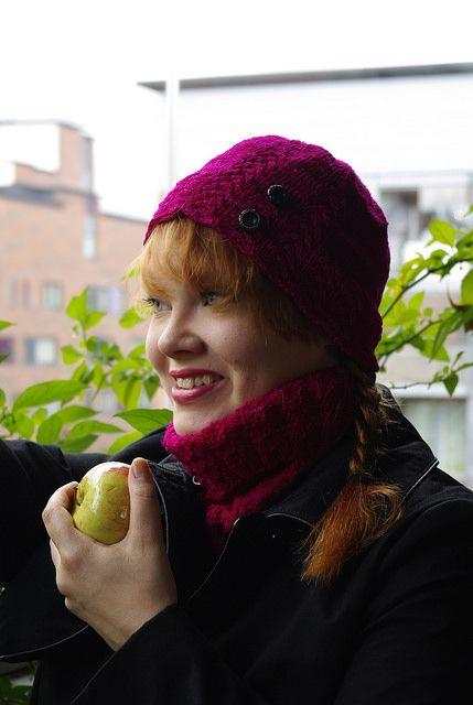 Vuorelan ruusut hat / cowl set combo pattern by Sanna Hyvönen / Sudrana.