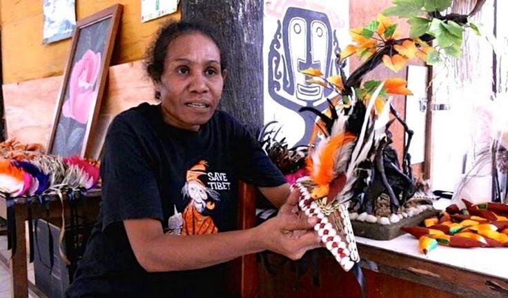Burungnya.com – Burung Cenderawasih semakin langka dari hari ke hari. Bulunya yang indah membuat burung dari Papua ini diburu dan diperjualbelikan sebagai aksesoris, suvenir, serta cenderamata. Parahnya lagi, kegiatan yang merugikan kehidupan burung Cenderawasih ini sudah dimulai sejak tahun 1990-an. Saat itu, berbagai jenis burung Cenderawasih dijadikan beragam kerajinan, seperti hiasan kepala hingga kerajinan untuk …