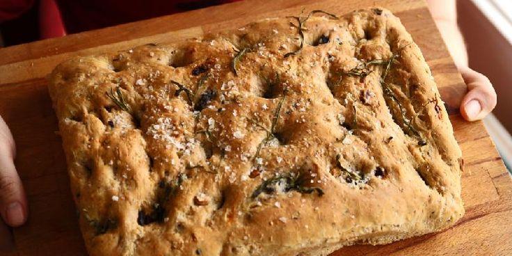 Focaccia - Her er en enkel oppskrift på det italienske bondebrødet som er supert å servere til maten.