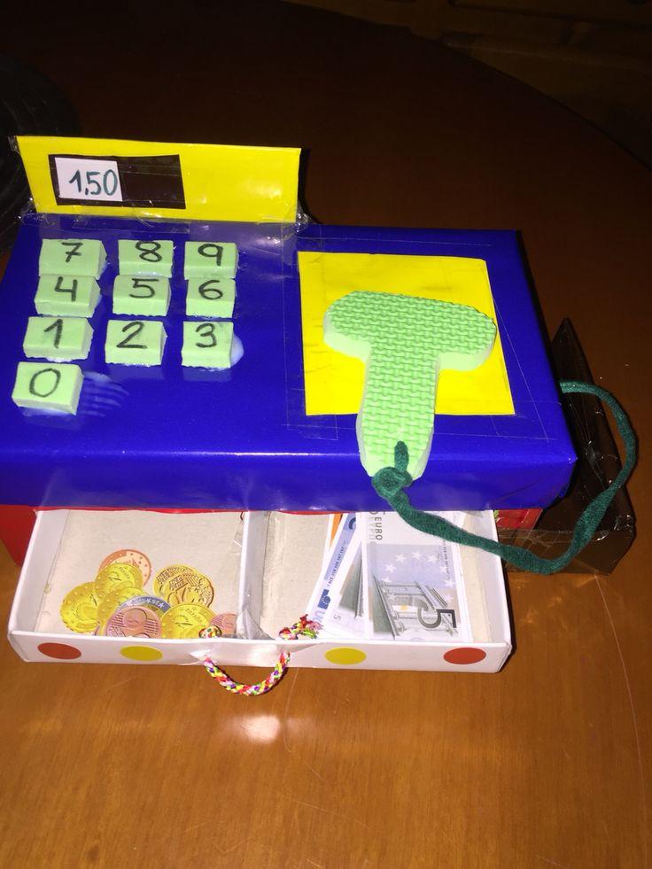 Caja registradora de cartón para desarrollar la competencia matemática y aprender el uso del sistema monetario al mismo tiempo que se divierten jugando.